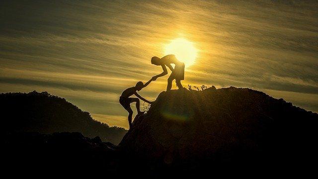 山で手助けをする人