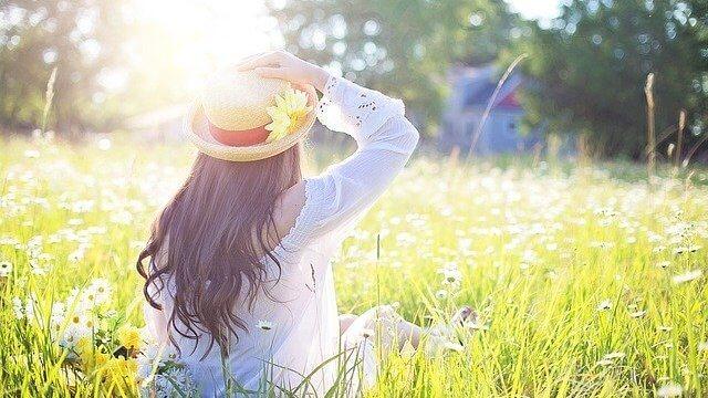 野原に座る綺麗な女性