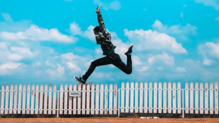 青空の下でジャンプする男性