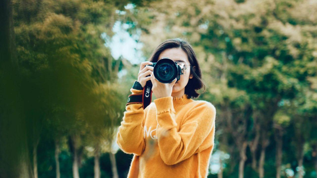 カメラを楽しむ女性