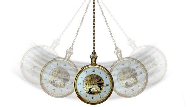 懐中時計で催眠術にかけている