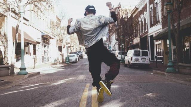 路上で踊る男性