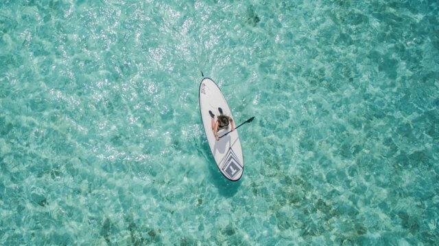 海でゆったりとパドリングをする女性