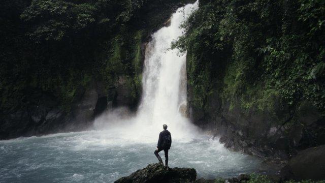 壮大な滝と小さな自分