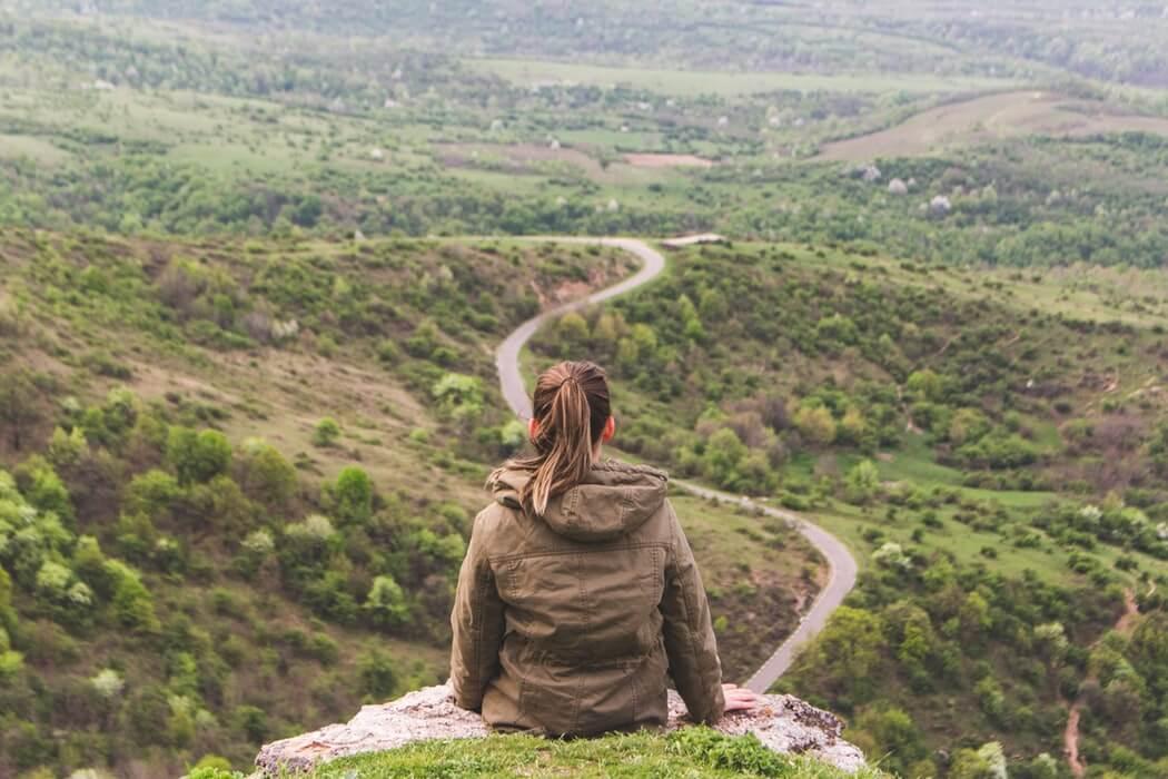 ひとり旅を満喫している女性