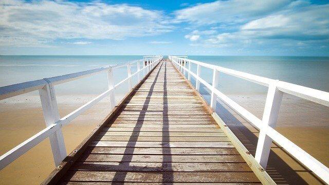 広大な海原に続く橋