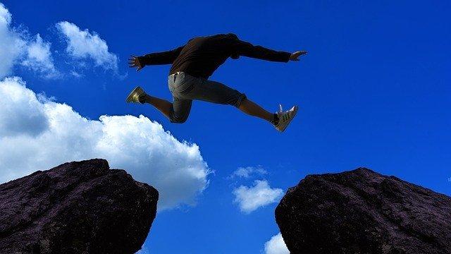 自信を身に付けてジャンプする男性