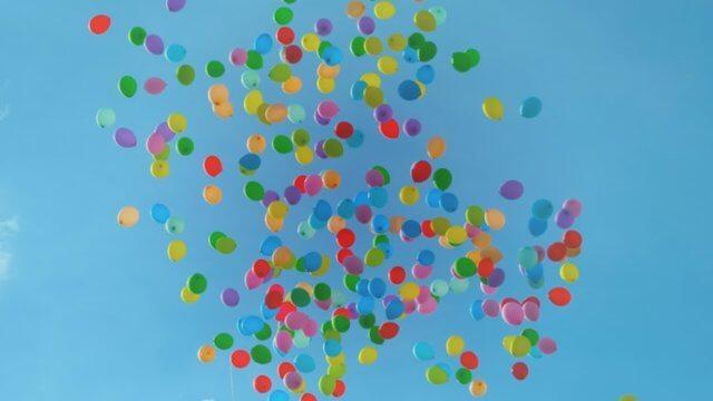 空に舞う大量の風船