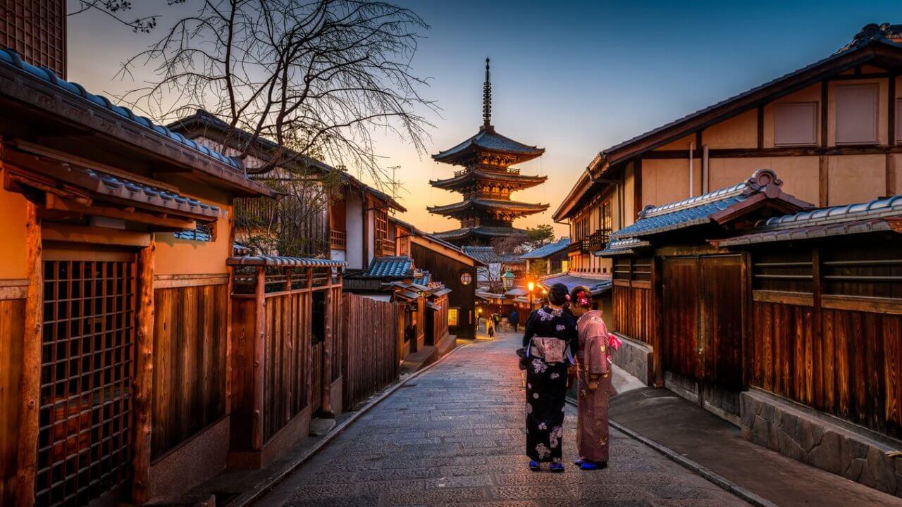 夕暮れ時の京都の二年坂(二寧坂)