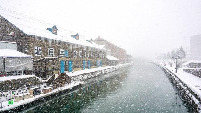 雪が舞う冬の北海道の小樽運河
