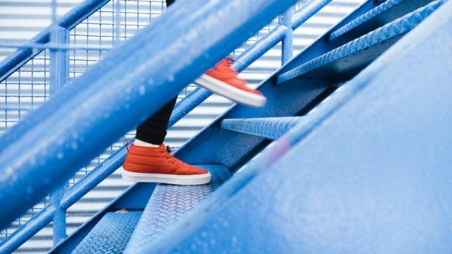 階段を登るオレンジ色の靴を履いた人