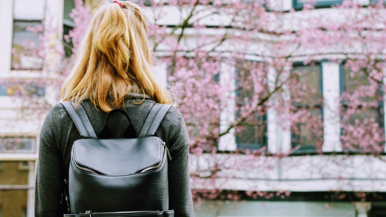 大学に入学する女性