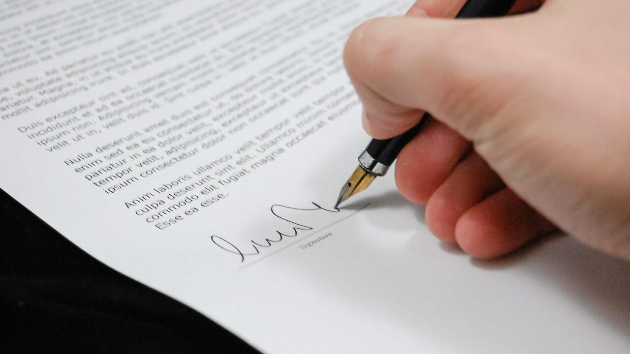 書類にサインをする男性